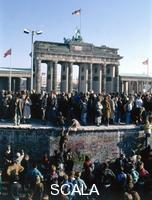 ******** People on the Berlin Wall before the Brandenburger Gate, 10 November 1989